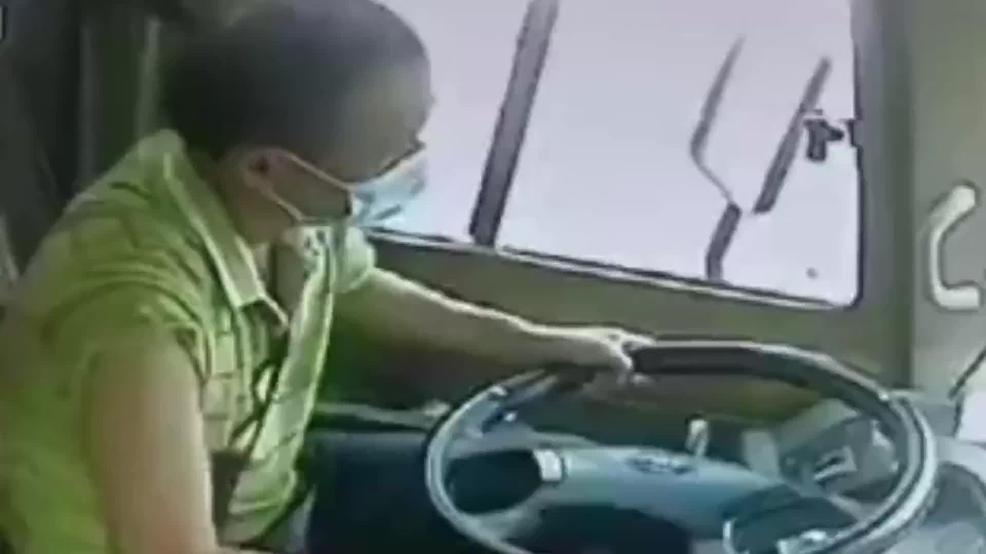 客车司机突发脑出血,危急时刻乘客抢方向盘拯救全车人!