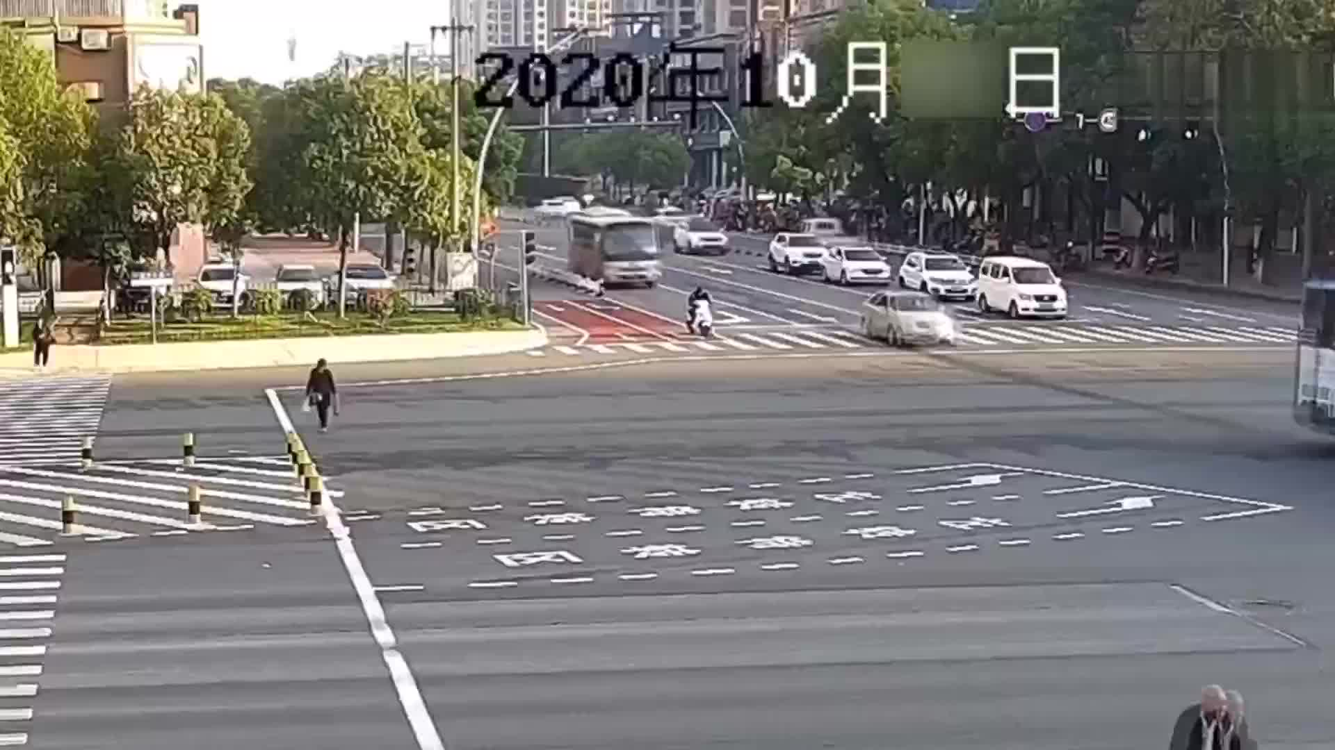 因出车祸后头盔飞走,骑手头部直接撞上路面