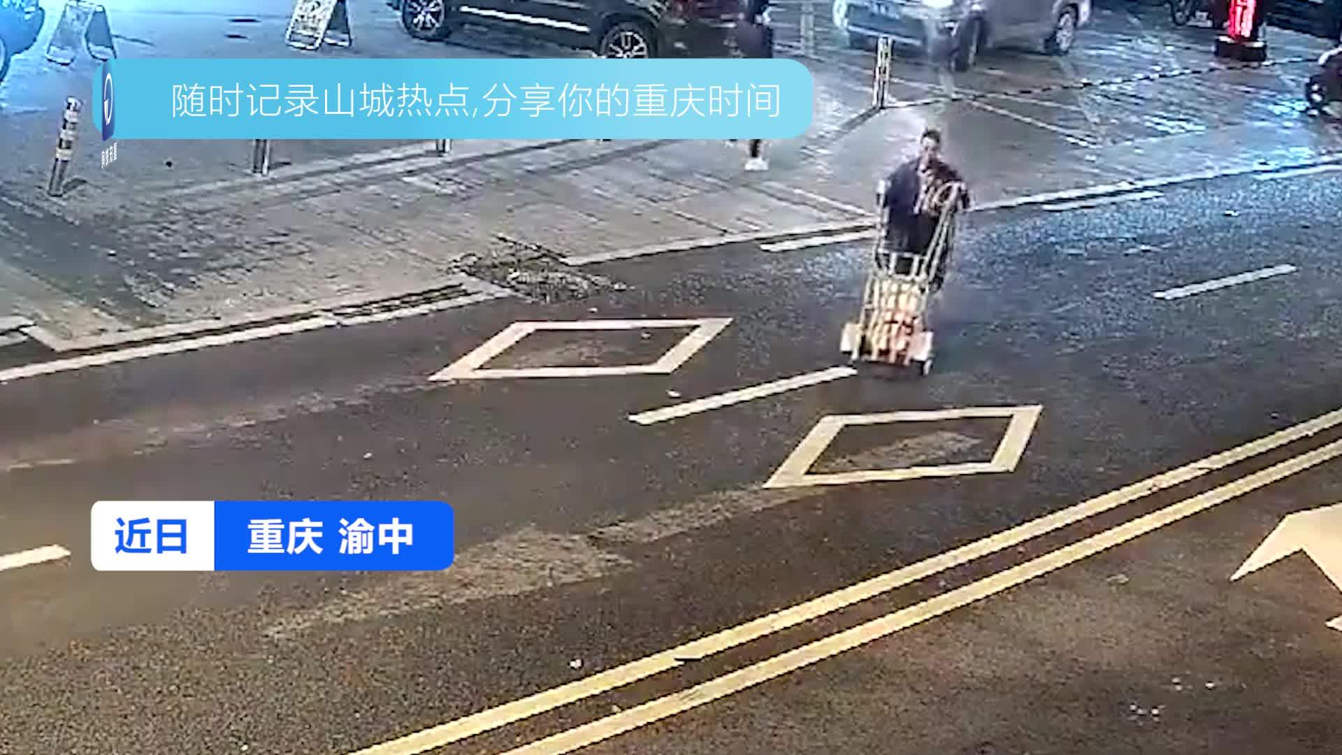 行人推着手推车在道路中间穿行 结果被小车撞倒受伤