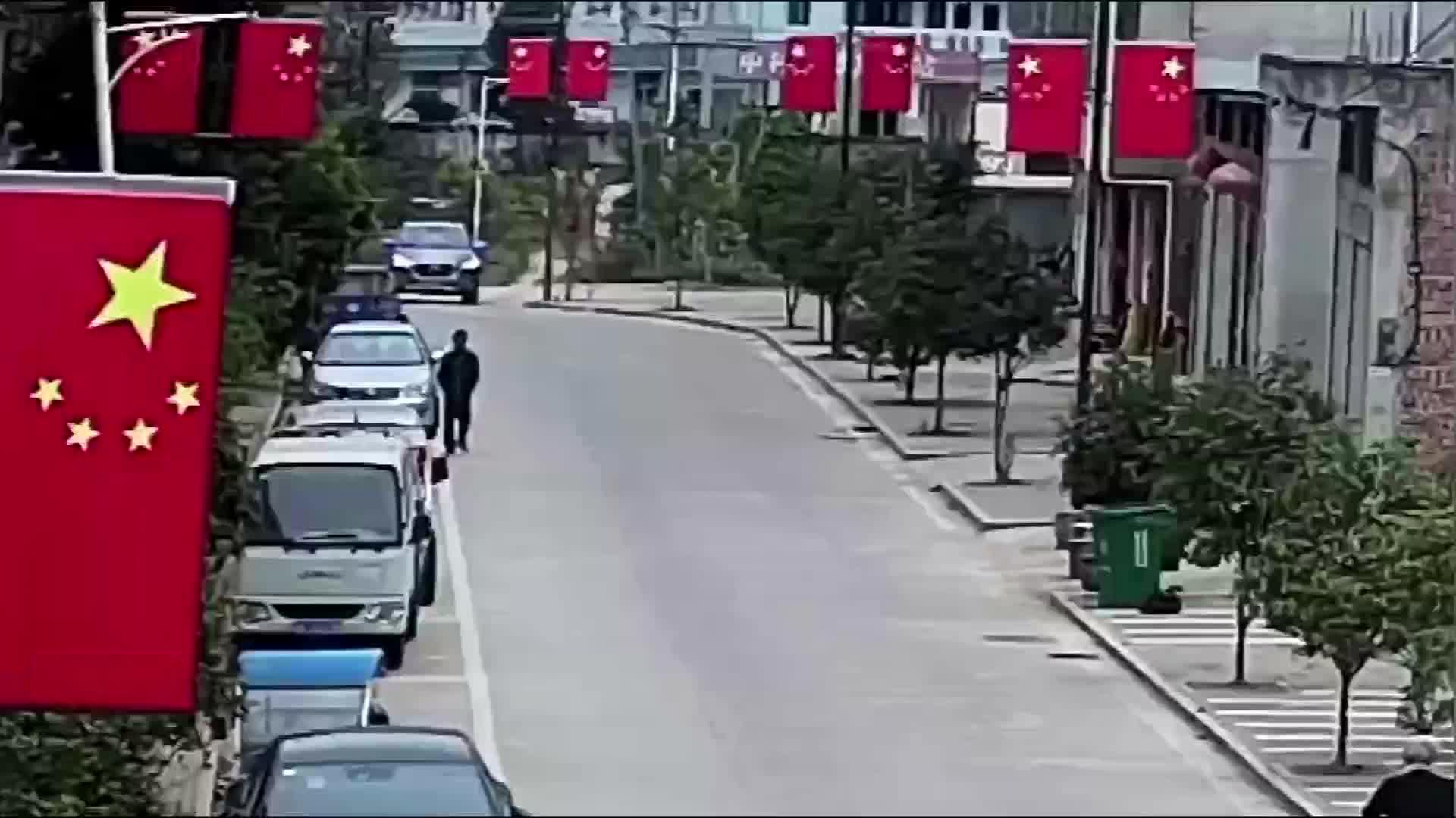 抱娃横穿马路出车祸,婴儿飞起恰巧落在汽车车顶!