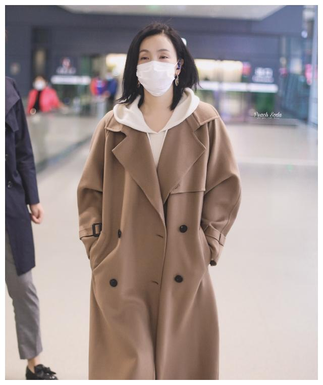陶虹穿卡其大衣走机场,杏色毛衣温婉优雅,48岁状态好极了!