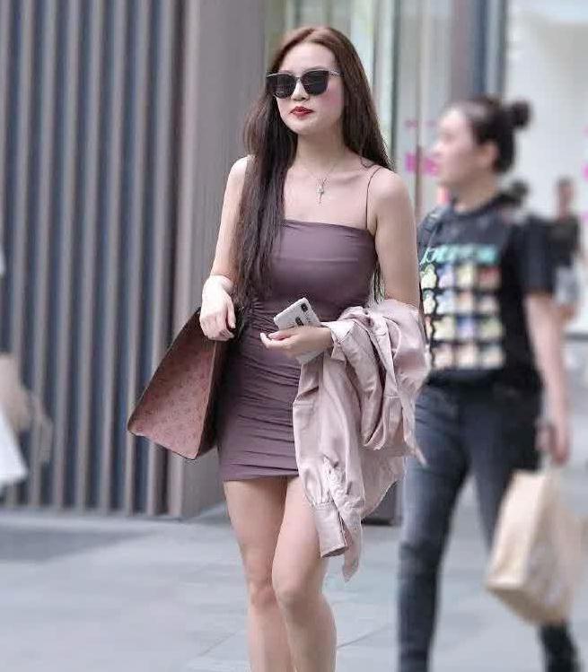 街拍,微胖辣妈一袭抹胸裙,美的时尚,回头率高