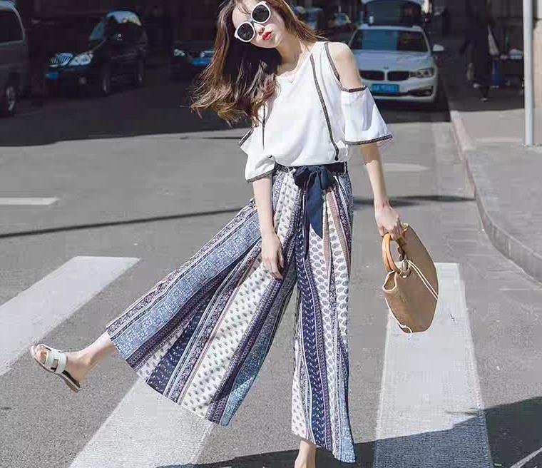 白色露肩T恤搭配蓝色阔腿裤,时尚又显瘦