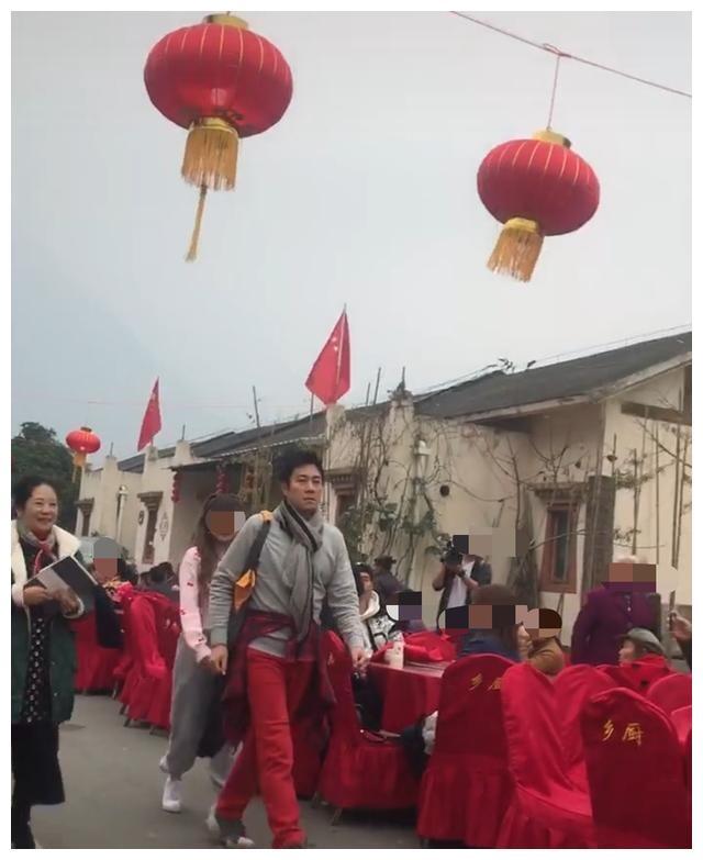 蔡国庆现身农村酒宴表演,身体强壮似帅小伙,但表情却很意外