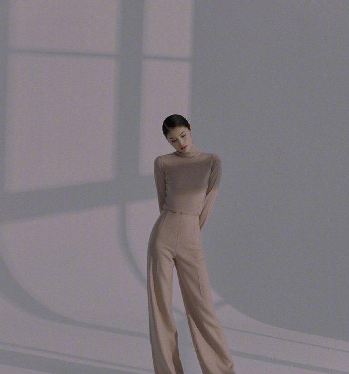 何穗拍时尚新封面!一袭秋冬极简色穿搭,优雅气质,美得格外出众