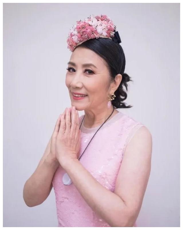 汪明荃在亿万豪宅晒上百件衣服,粉色衣服占一半,不愧是时尚教母