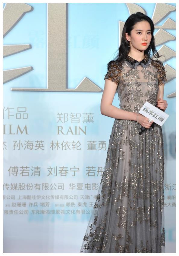 刘亦菲长相良好,穿亮面裙气质和顺高档,真是美得让人影像深入