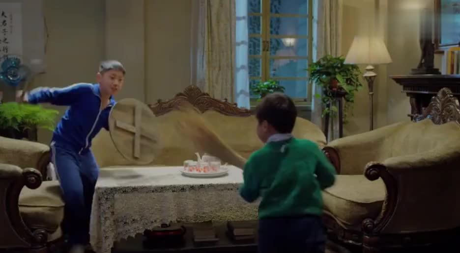 熊孩子趁家人不在去大人房里偷钱,不料姐姐就在门后,揪着耳朵骂