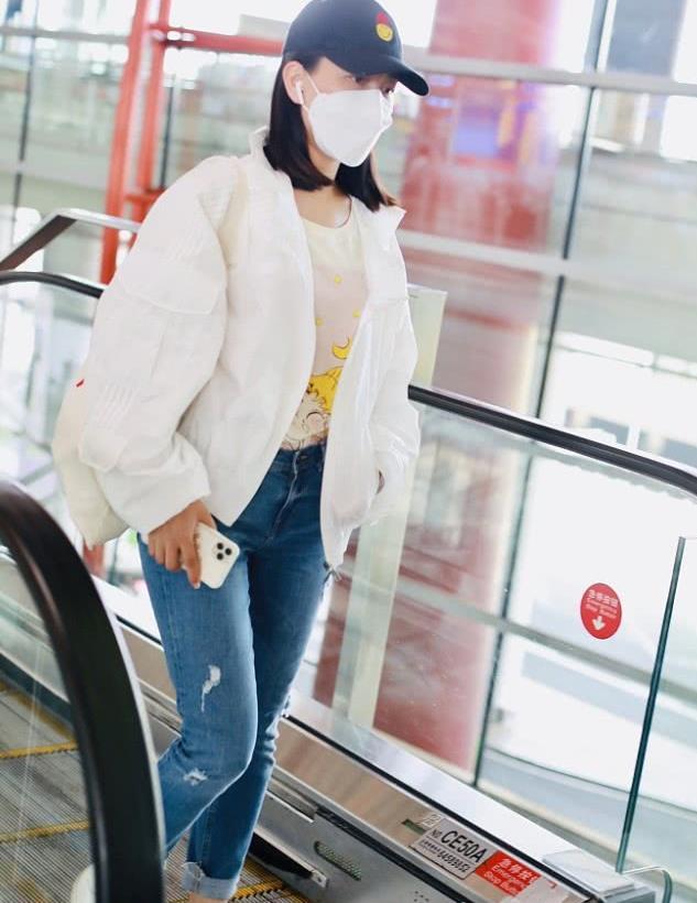 马苏戴笑脸帽穿卡通少女T青春洋溢 衣着休闲踩小白鞋星范儿不减