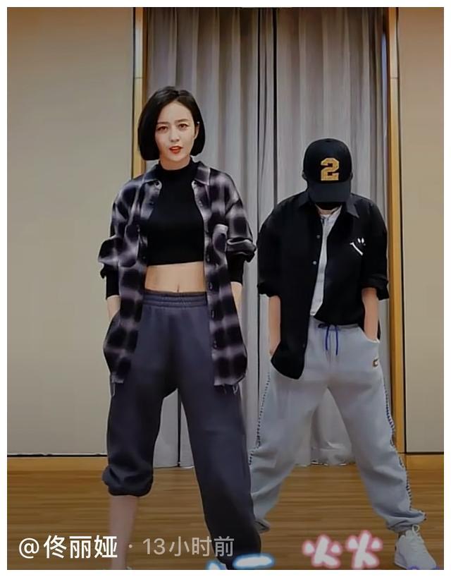 佟丽娅跳露脐热舞,秀蚂蚁腰与腹肌,撩起裤管露出细腿