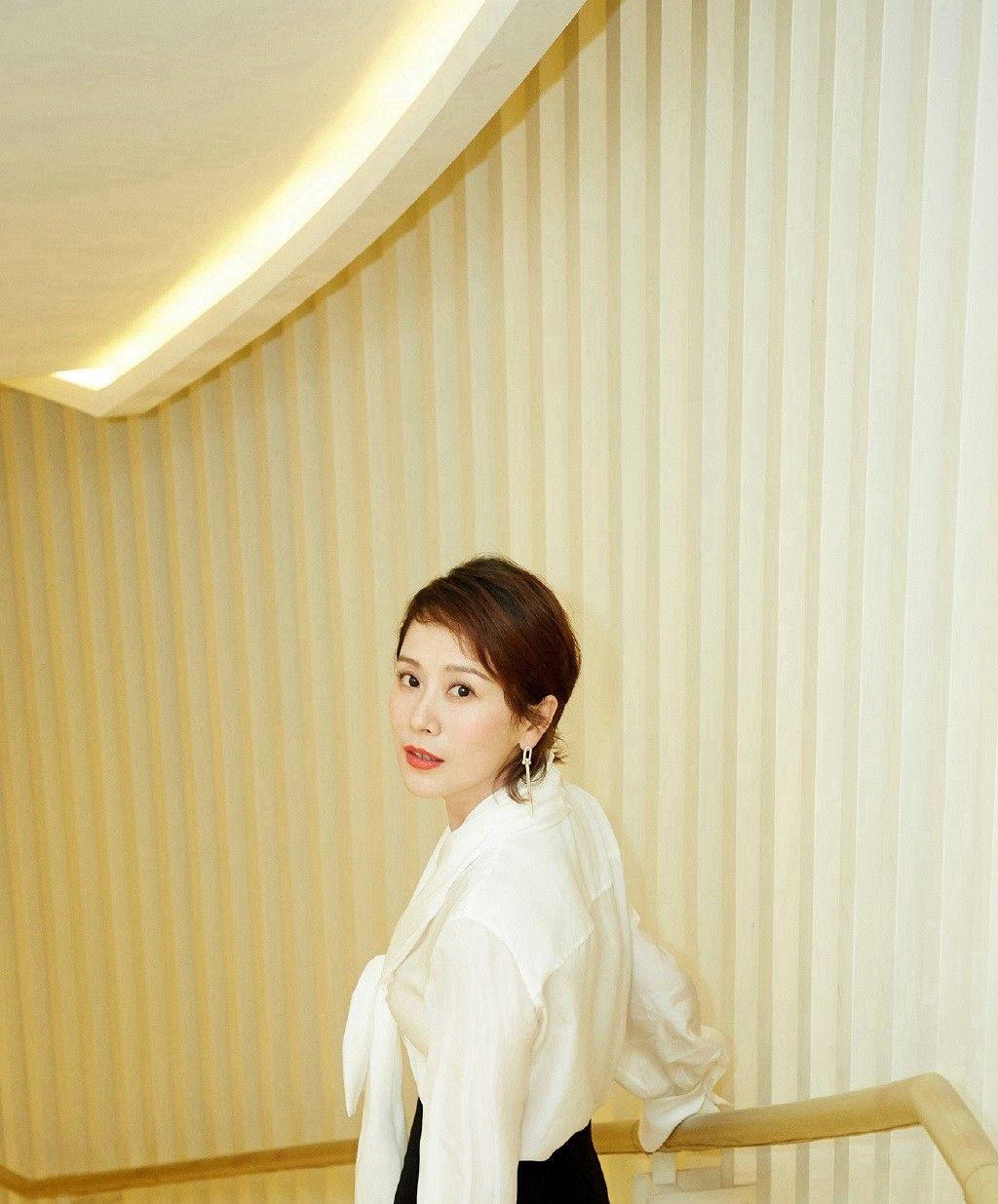 海清,这身装扮倍显干练利落,呈现一种知性美,而且很有内涵!
