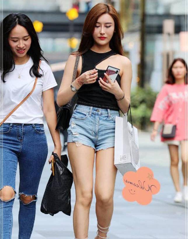 街拍:学小姐姐气质搭配,这件黑色无袖衬衫清爽又时髦