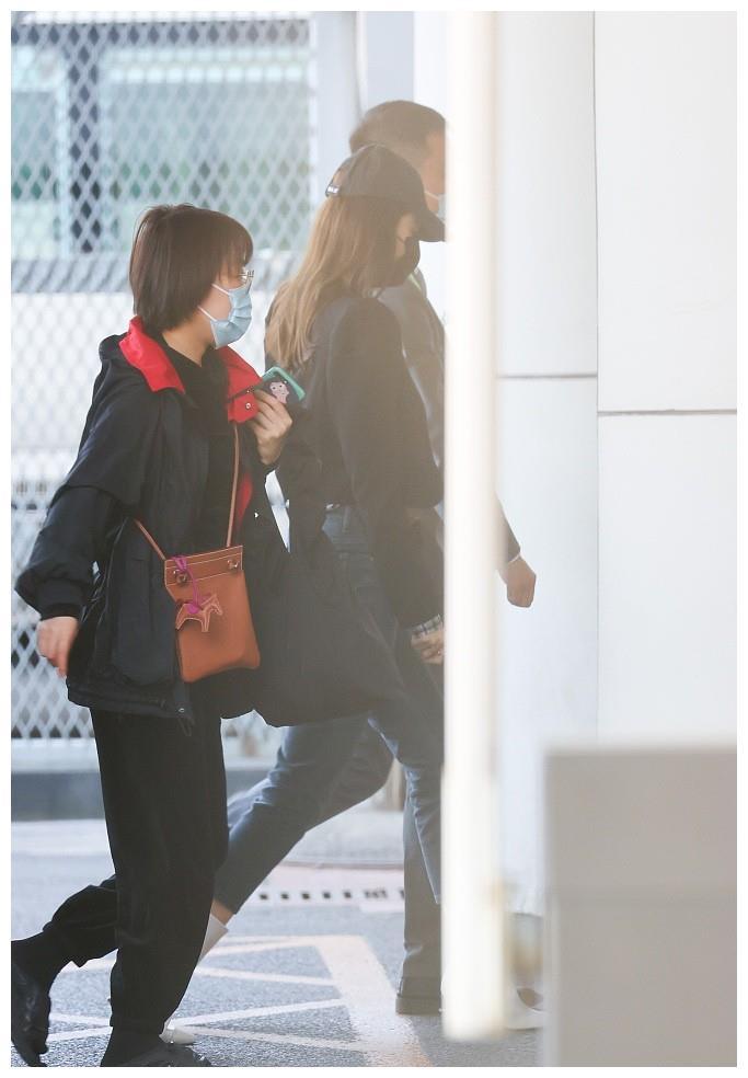 古力娜扎穿黑卫衣配白靴精致有范 戴棒球帽一路低调快走