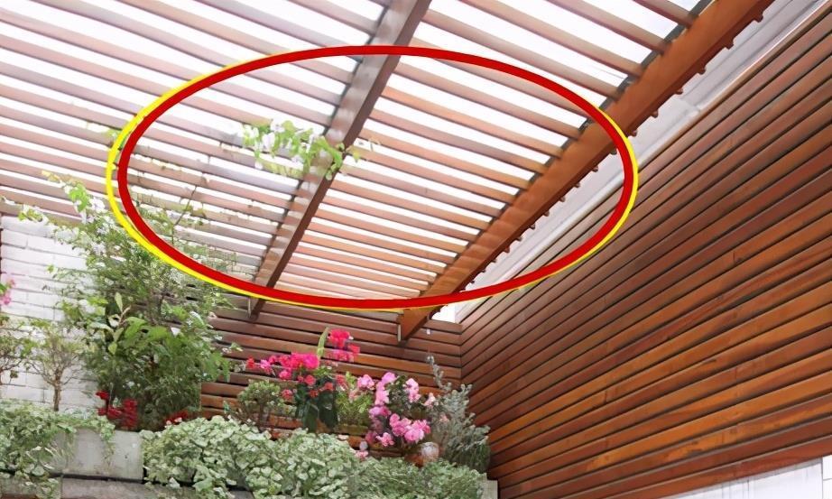 我家天井不做开放式,用玻璃封顶,再铺一层防腐木,再也不闷热!