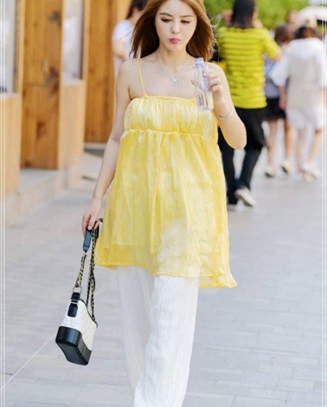 街拍:学小姐姐搭配宽松潮装,淡黄色的吊带裙超优雅的