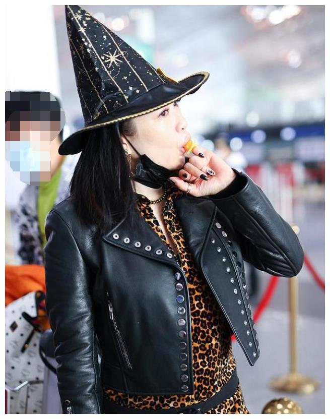 钟丽缇女巫装扮现身机场,50岁仍俏皮可爱,正积极备孕第四胎?