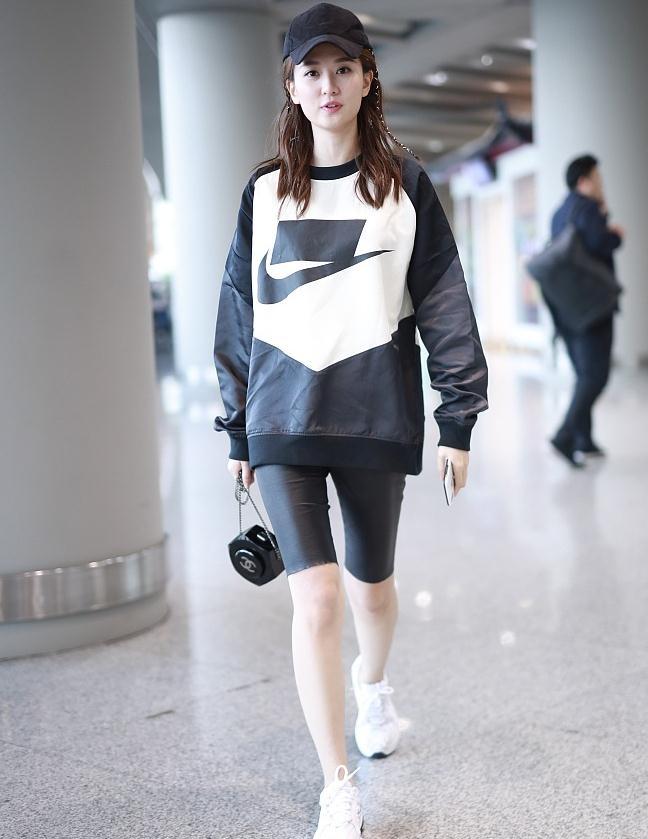 乔欣街拍:Nike卫衣+运动鞋自行车裤Chanel异形盒子包 机能帅气