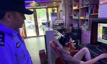 安庆男子网吧吸烟被抓,然后老板想哭了
