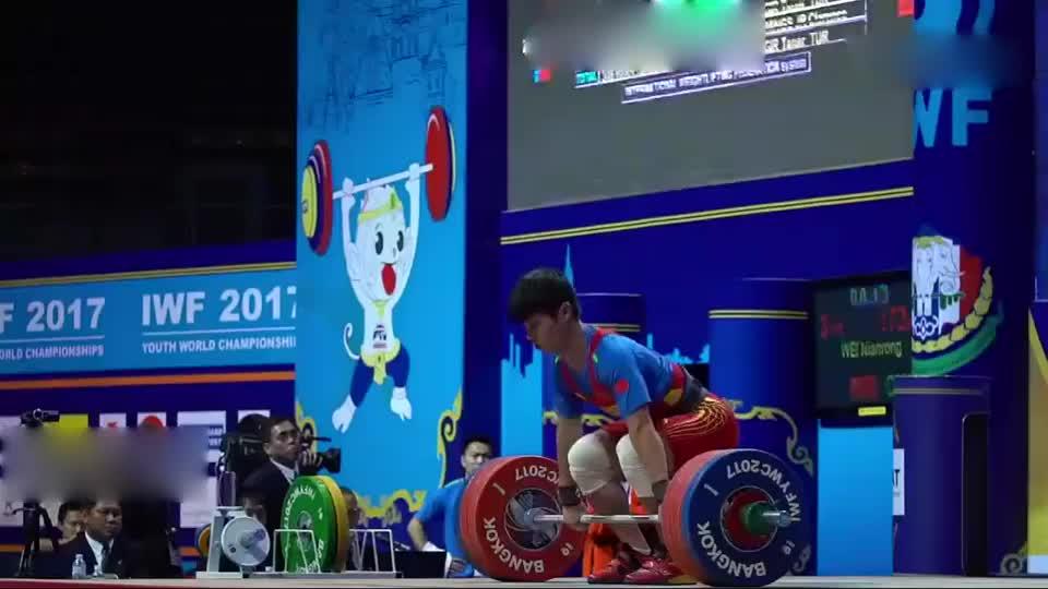 15岁中国举重运动员,挺举172公斤吓坏老外