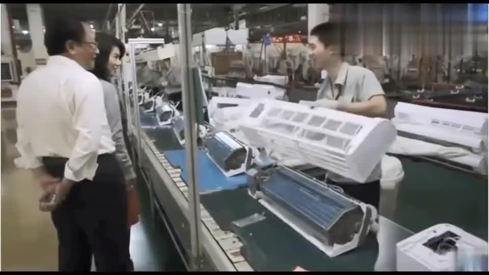 董明珠视察生产线车间,打趣小员工:小子,认识我吗?