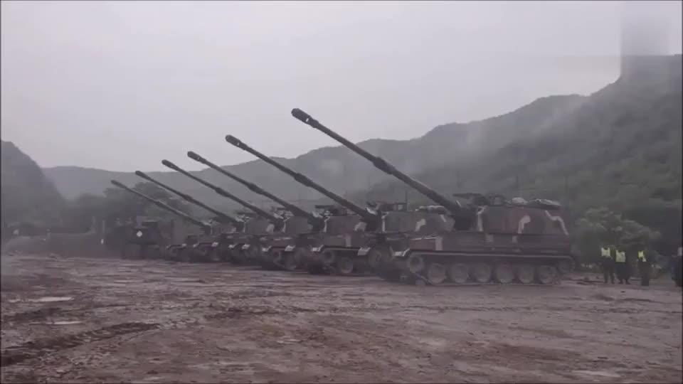 六门155毫米大口径榴弹炮集火齐射场面