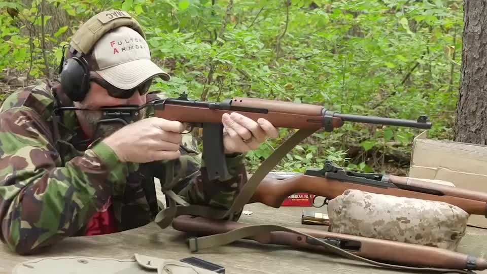 老外测试伞兵型M1卡宾枪,采用折叠枪托,后坐力小精度好!