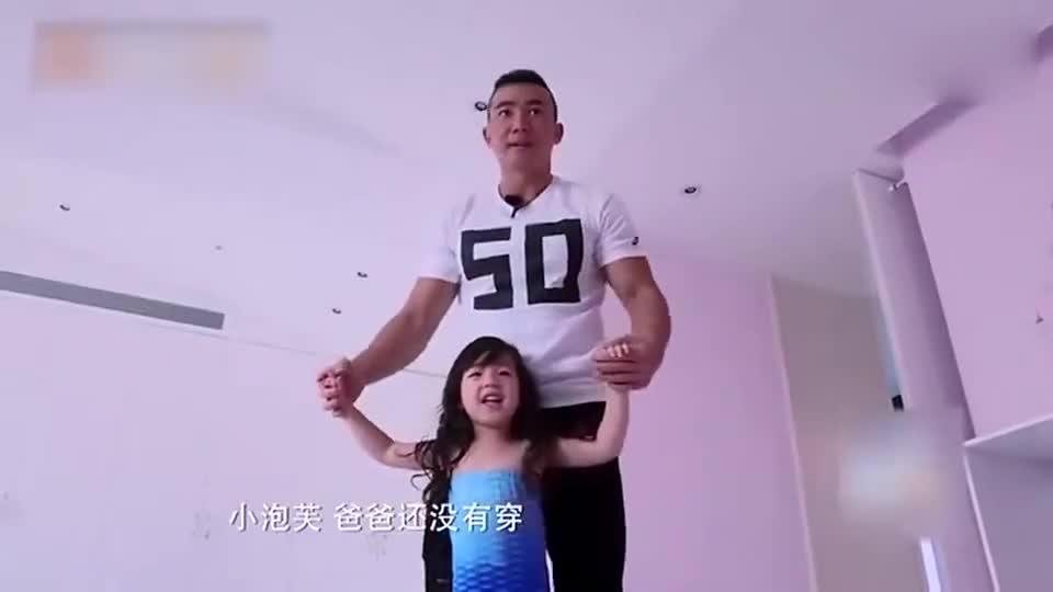 小泡芙变美人鱼,肌肉男刘畊宏陪女儿穿裙子,好搞笑