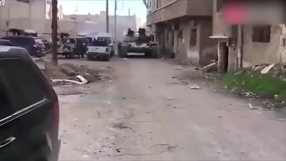实拍叙利亚战场画面:步兵打巷战,叙军用高炮平射敌阵地开路