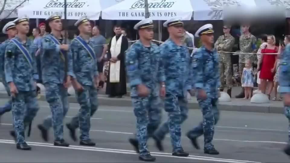 乌克兰街头阅兵,士兵走路太散漫,跟穷屌丝似的