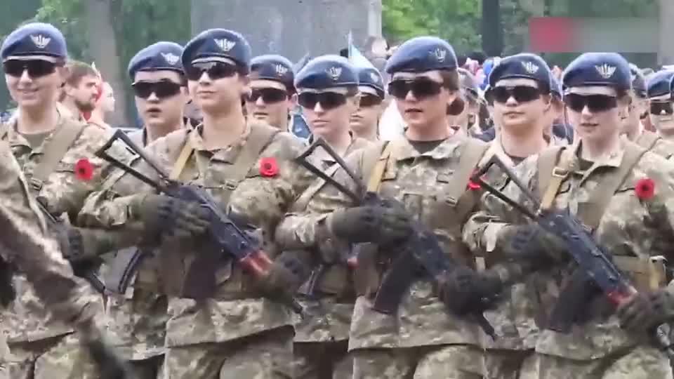 乌克兰女兵和日本阅兵对比,这差距看得我都尴尬!