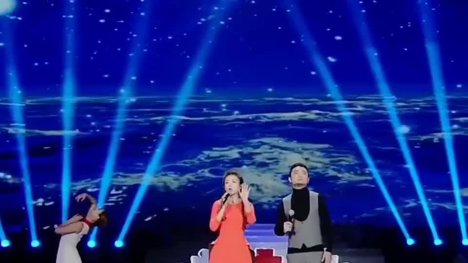 被主持耽误的歌手,康辉和罗大佑合唱《光阴的故事》,开口太惊艳