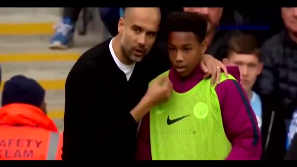 球员与球童在一起有趣的时刻,羡慕他们与偶像的近距离互动