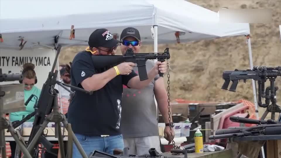 美国靶场试射各种步枪,还要用铁链子拴住,是怕被偷吗?