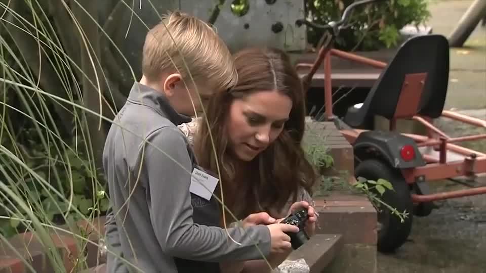 凯特王妃对摄影的喜爱,走哪都带着相机,笑起来真美!