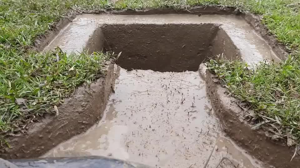 农村人最简单的捕鱼方法,挖一个大坑,坐等鱼钻进来,一起看看