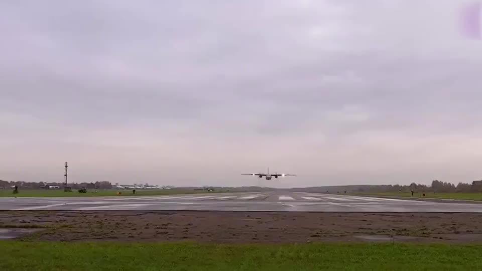 实拍俄军安-26运输机超低空飞越跑道,运输机都敢这么玩?