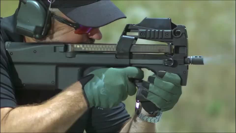 单兵防御武器:FN P90冲锋枪,射速快是它最大优点!