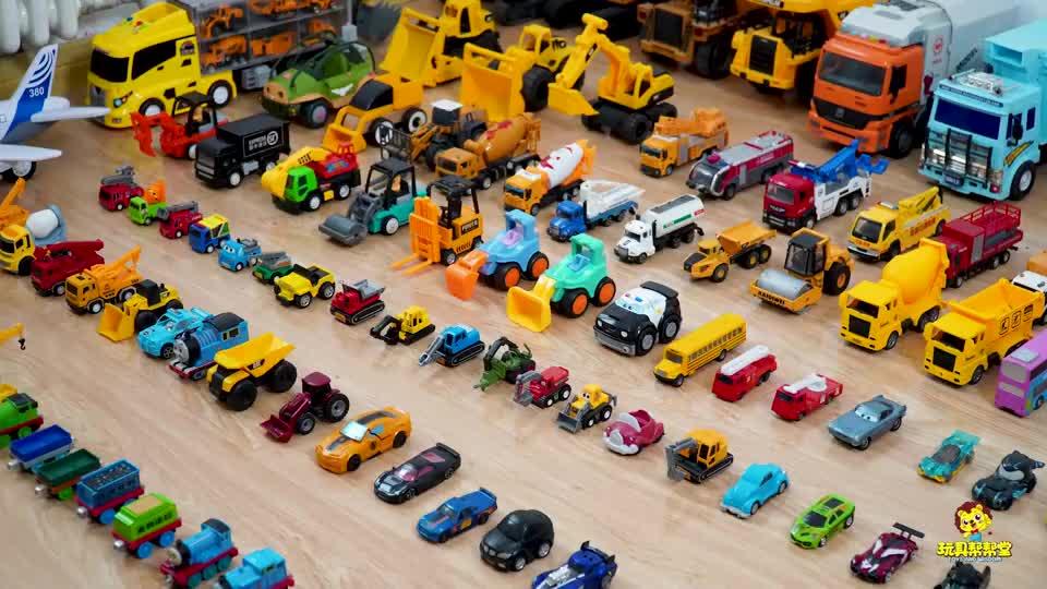 托马斯小火车和车厢排成长队,运送货物,儿童益智玩具车模型