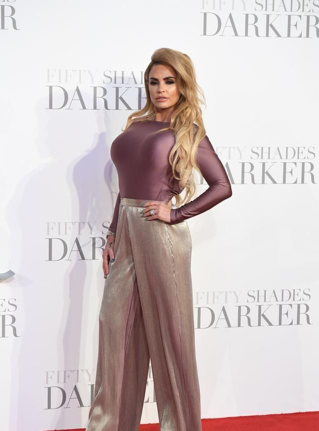 凯蒂·普莱斯走红毯,紧身衣配阔腿裤,魅力不减当年
