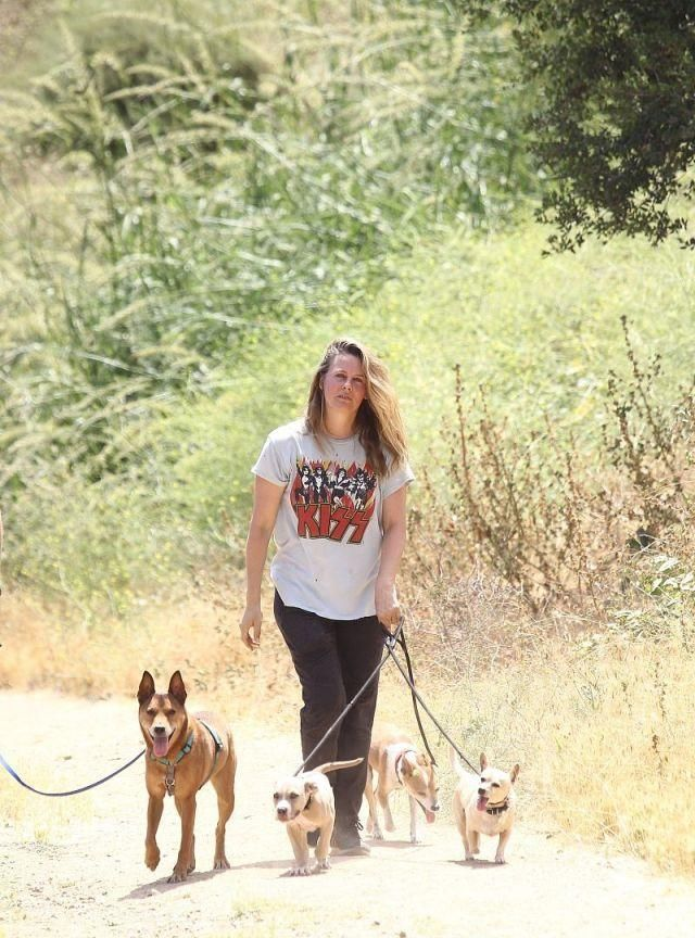 美国演员艾丽西亚·西尔维斯通金发披肩现身,遛狗散心