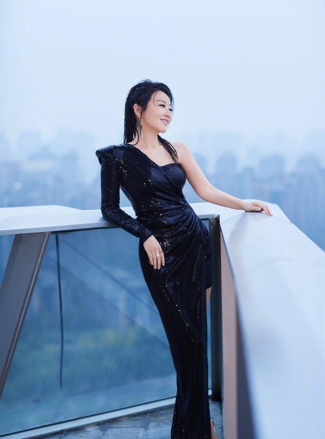 闫妮黑色亮片及斜肩独特剪裁展现完美身材,高马尾脏辫造型