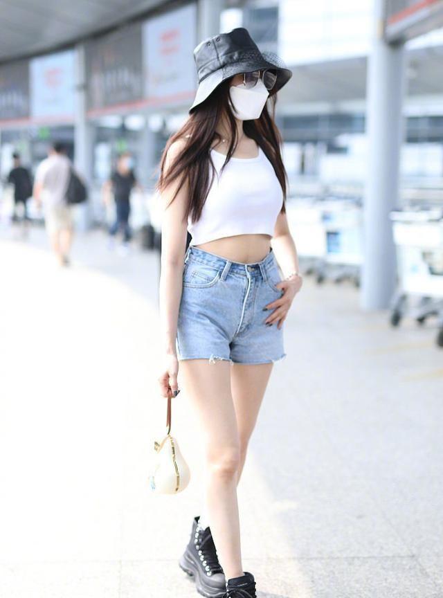 张天爱现身上海机场,身穿白色背心和牛仔短裤,甜美灵动