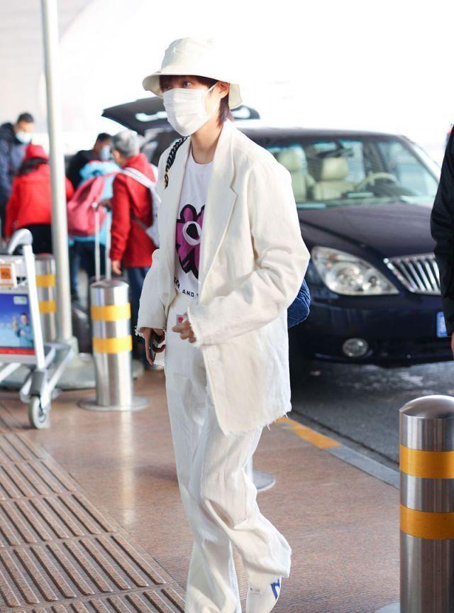 李宇春小花T恤很可爱,外穿纯白套装配渔夫帽优雅帅气上演反差萌