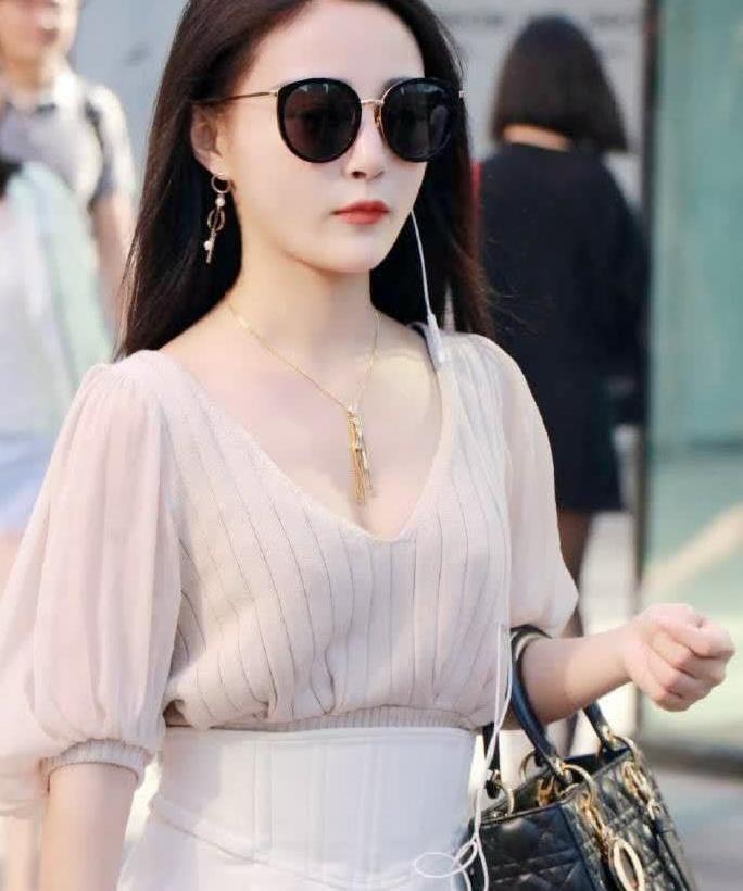 街拍:小姐姐针织上衣搭裙子,戴上墨镜彰显出优雅知性