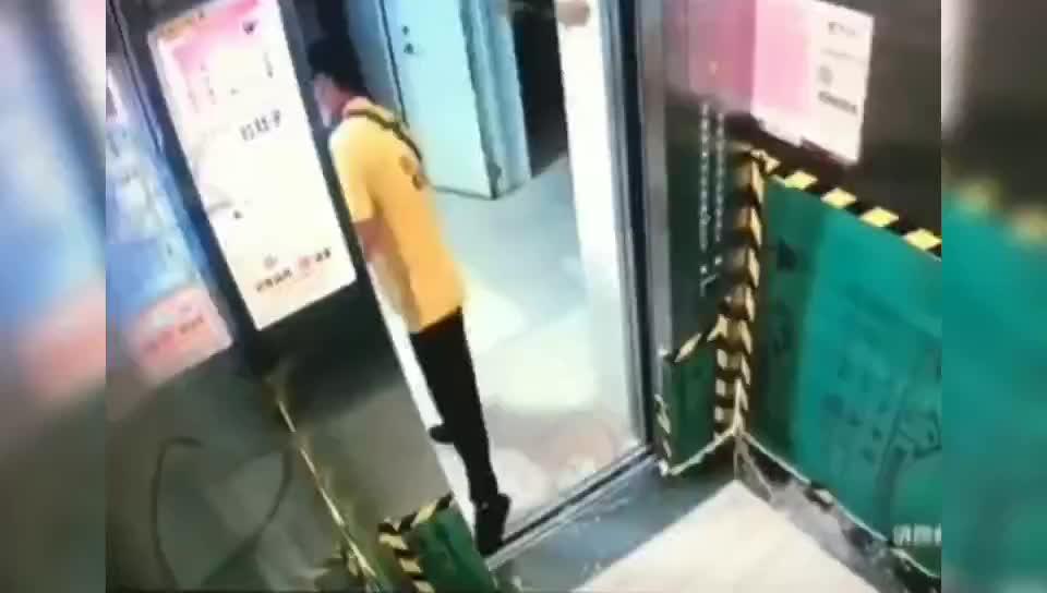 外卖员为节省时间把物品卡在电梯门口造成电梯故障