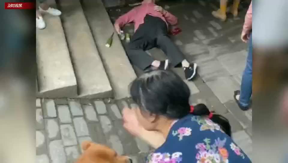 老人摔倒在地上竟然无人搀扶