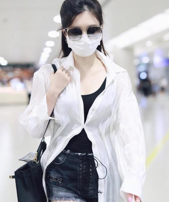 """江疏影太会""""凹造型"""",黑色背心配白色衬衫简约利落,清爽大气"""