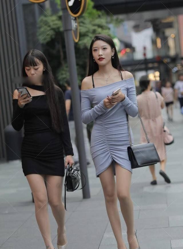 小姐姐蓝色一字肩裹身裙,经典多褶皱设计显得不那么死板!