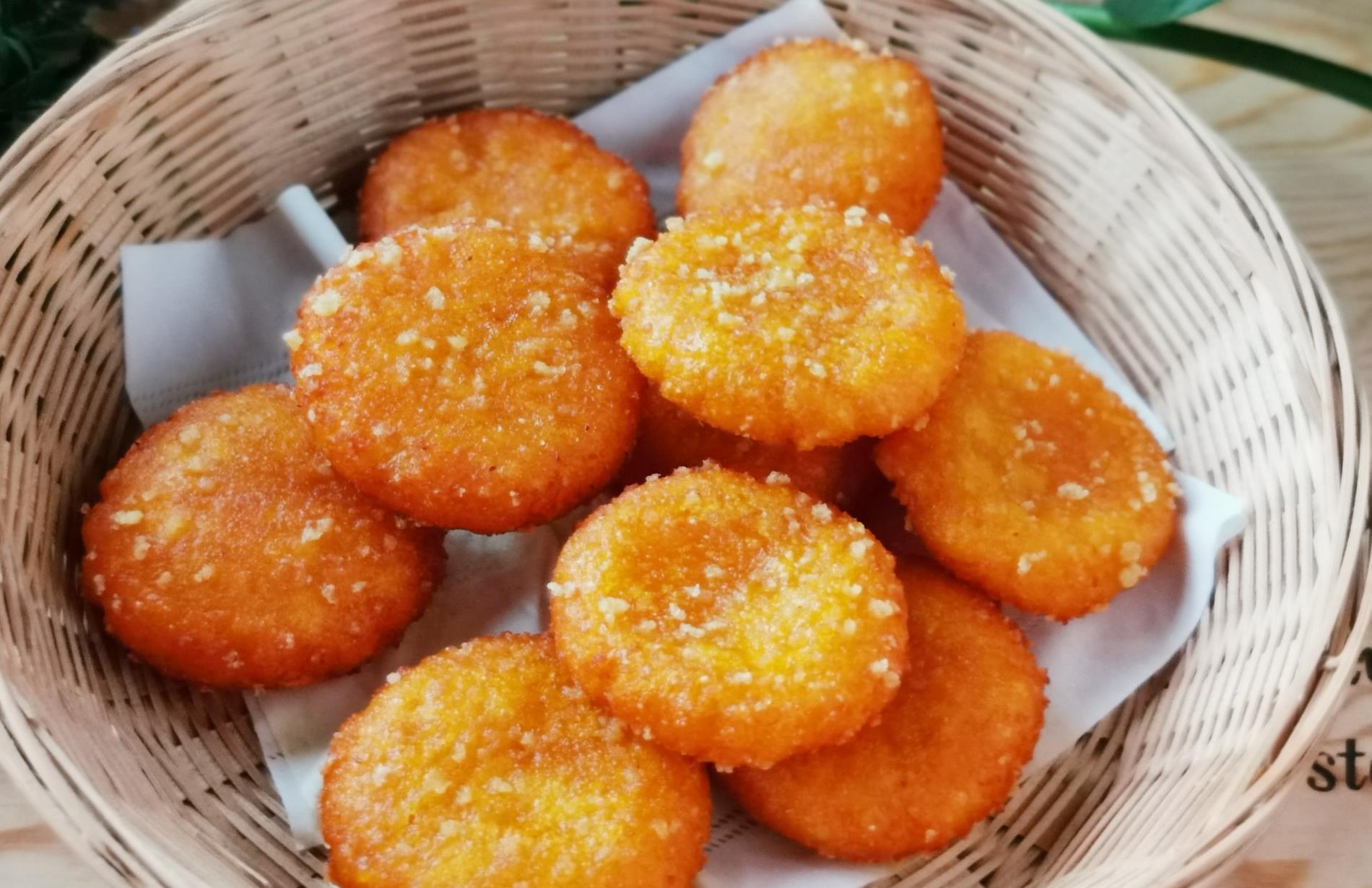 南瓜饼怎样做好吃?多加这两种料,表皮酥香,馅料甜糯