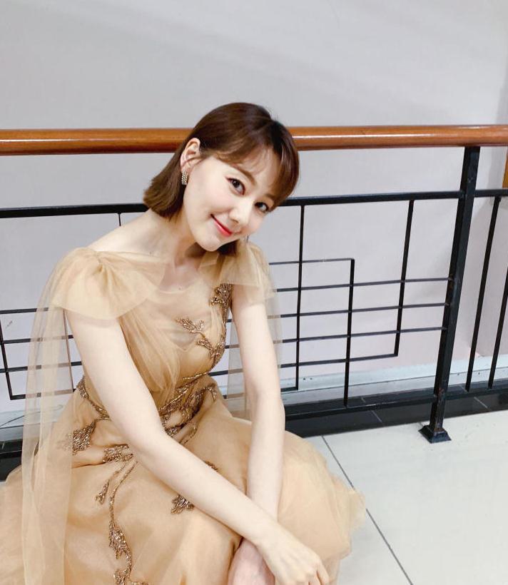 王冠气质就是好,穿香槟色薄纱连衣裙配齐肩发,美得高贵又大方
